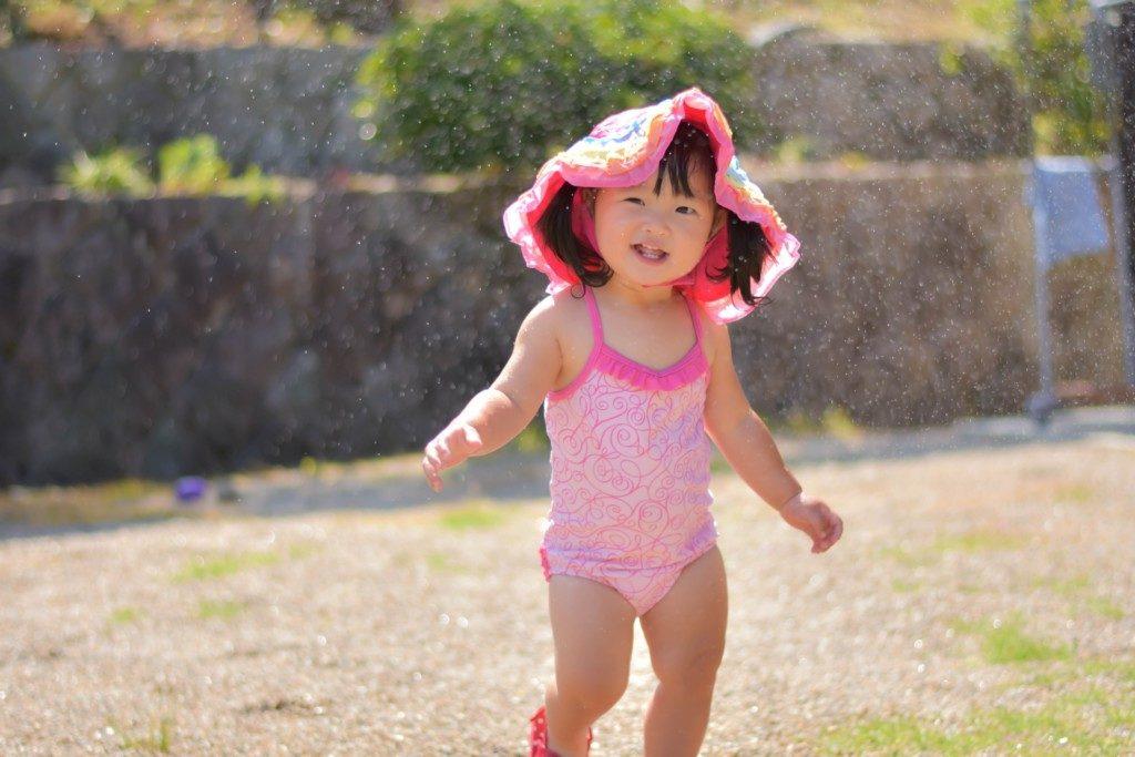 西松屋で購入した水着を着る子供