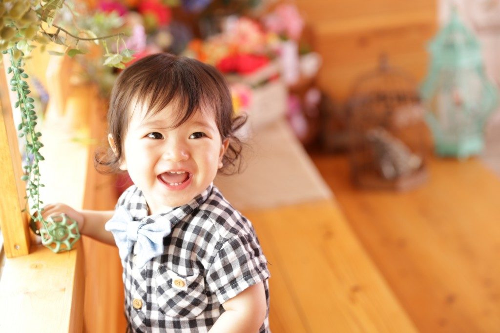 子供が楽しく笑う